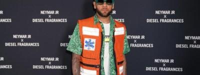Ousado. Brasileiro usa Look excêntrico 'ala agente do Samu' e fãs questiona,será um avião?