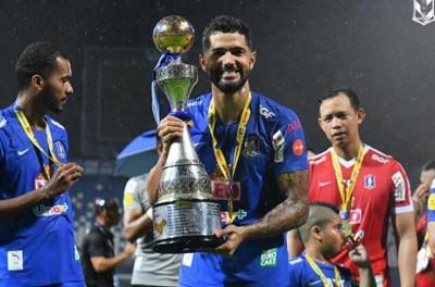 Vice-artilheiro do torneio, brasileiro celebra título e acesso na Tailândia !