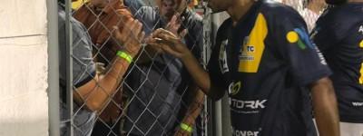 Brasileiro Fernandinho comemora renovação com o City e diz que sonho é voltar ao Brasil !