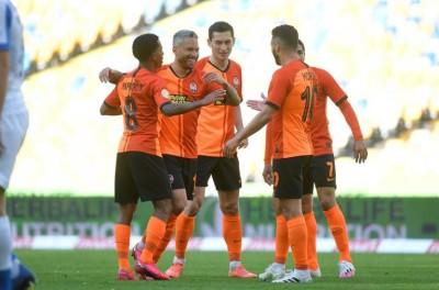 Com gols brasileiros, Shakhtar vence o Dínamo de Kiev na volta ao Campeonato Ucraniano
