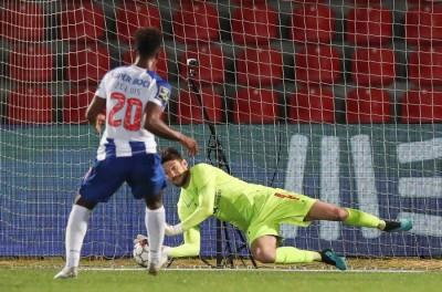 Goleiro Brasileiros Ex-Palmeiras pega pênalti e faz com que líder Porto tropece !