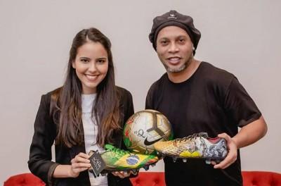 Ainda em prisão domiciliar,Brasileiro ganha chuteiras personalizadas de artista paraguaia