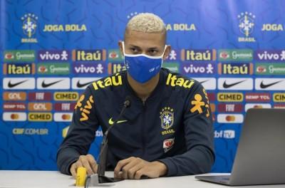 Atacante brasileiro declara amores pela a seleção e diz ''Amo mais à ela do que eu mesmo''