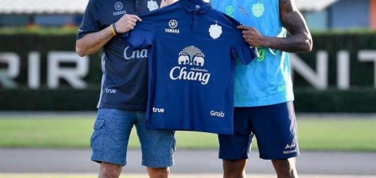 Brasileiro é apresentado em clube da Tailândia e vai jogar com dois ex-companheiros !