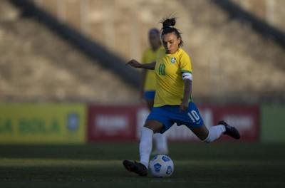 Marta marca 1 dos 4 gols na vitória por 4 a 1 sobre a Argentina e reverencia Pelé!