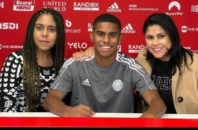 Após contratação milionária de Brasileiro, mãe se emociona ao ver filho no Sheffield !